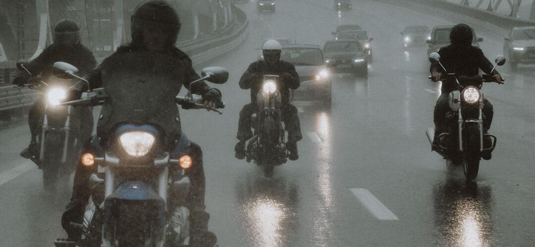 12 consejos para conducir moto bajo la lluvia y sobrevivir
