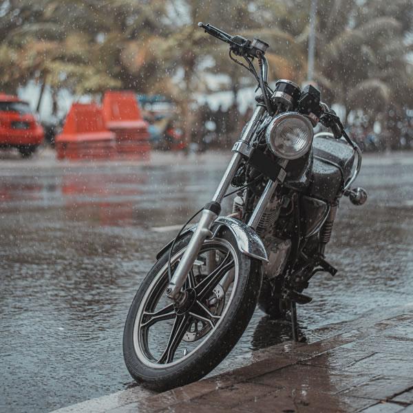 Moto bajo la lluvia